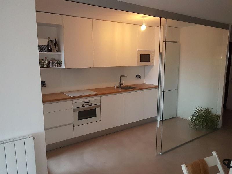 Cerramiento interior con puerta corredera y forrado de for Puerta corredera cocina